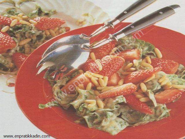 Çilekli Fıstıklı Ispanak Salatası